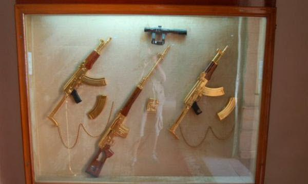 Name:  suddam-hussein-golden-guns-weapons-ak-47-gernades-45s-irak-2010-new-news-death-kill.jpg Views: 2518 Size:  22.3 KB